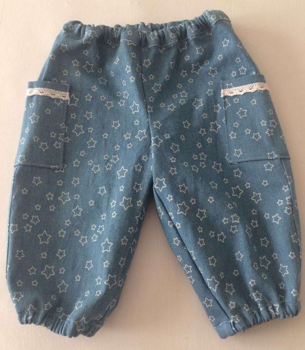 Jeans-lyseblaa-med-hvide-stjerner-96-procent-bomuld-4-procent-elastan