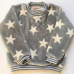 Fleecebluse-graa-med-hvide-stjerner-100-proc.-polyester