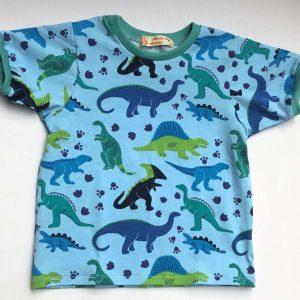 Lyseblaa-t-shirt-med-dinosaurer-korte-aarmer-95-proc.-bomuld-5-proc.-elastan