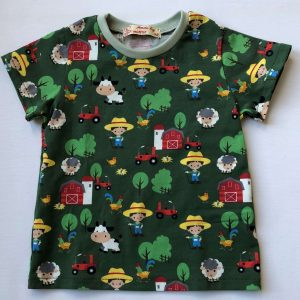 Groen-t-shirt-med-bondegaardsmotiver-oeko-tex-95-proc.-bomuld-5-proc.elastan