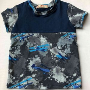 Jersey-t-shirt-med-flyvemaskiner-oeko-tex-bomuld-elastan