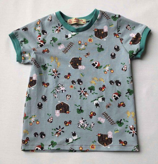T-shirt-lys-blaagraa-med-bondegaardsmotiver-oeko-tex-94-proc.-bomuld-6-proc.-elastan