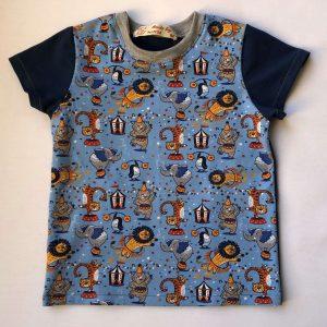 T-shirt-korte-aermer-blaa-med-circusmotiver-95-proc.-bomuld-5-proc.-elastan