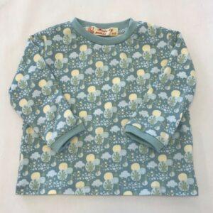 Bluse-lyseblaa-med-skovmotiv-oeko-tex-bomuld-elastan