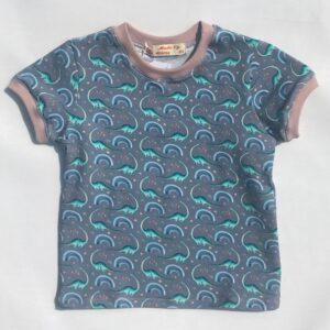 T-shirt-med-dinos-jeansblaa-med-rosa-rib-oeko-tex-95-5-bomuld-elastan